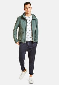 NEW IN TOWN - MIT KAPUZE - Summer jacket - green - 1