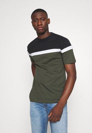 TERRACE TEE - Print T-shirt - khaki