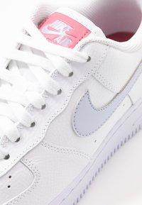 Nike Sportswear - AIR FORCE 1 - Joggesko - white/ghost/desert berry - 5
