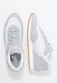 Nike Sportswear - OUTBURST - Baskets basses - wolf grey/guava ice/football grey/summit white/light brown - 1