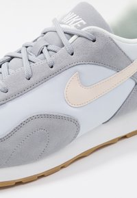 Nike Sportswear - OUTBURST - Baskets basses - wolf grey/guava ice/football grey/summit white/light brown - 5