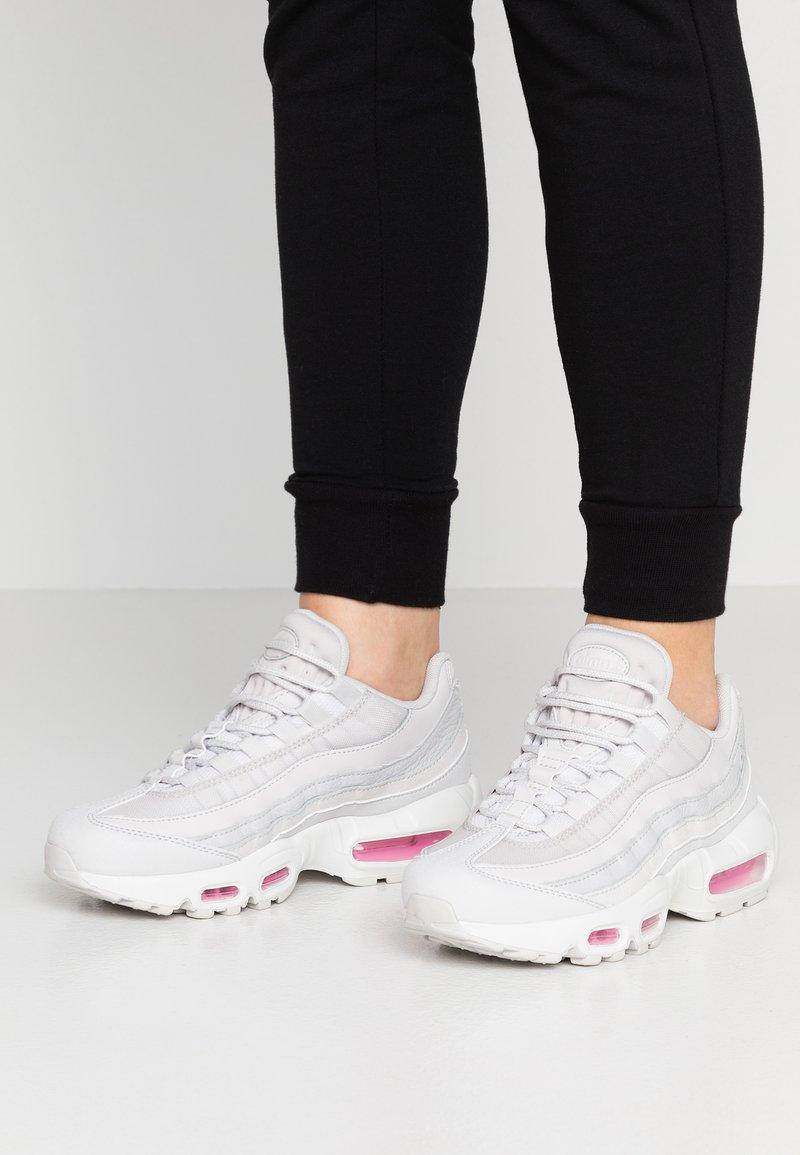 Nike Sportswear - AIR MAX 95 SE - Sneaker low - vast grey/psychic pink/summit white