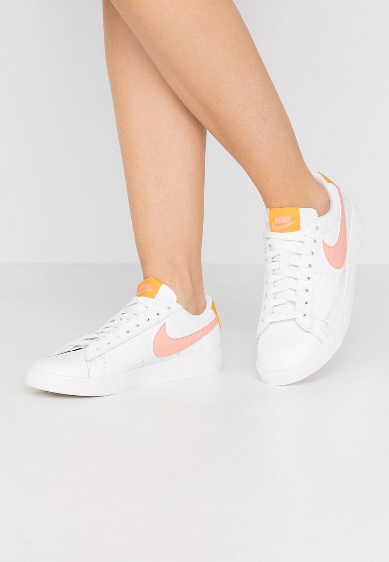 Nike Sportswear - BLAZER - Sneakers laag - summit white/pink quartz/pollen rise