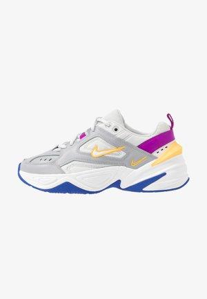 M2K TEKNO - Sneakers basse - light smoke grey/photon dust/vivid purple/laser orange/hyper blue/summit white