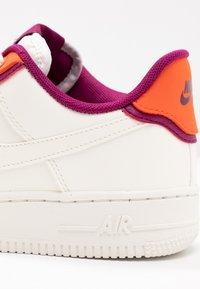 Nike Sportswear - NIKE AIR FORCE 1 '07 SE - Tenisky - sail/team orange/true berry - 2