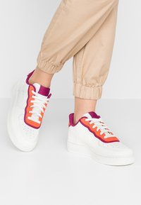 Nike Sportswear - NIKE AIR FORCE 1 '07 SE - Tenisky - sail/team orange/true berry - 0