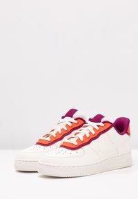Nike Sportswear - NIKE AIR FORCE 1 '07 SE - Tenisky - sail/team orange/true berry - 4