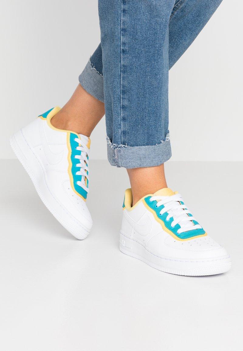 Nike Sportswear - NIKE AIR FORCE 1 '07 SE - Sneaker low - white/light blue fury/topaz gold