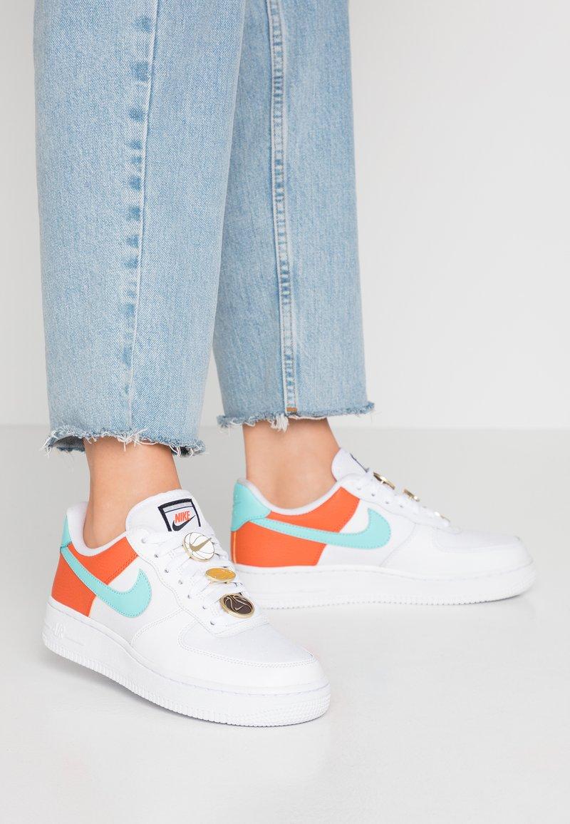 Nike Sportswear - NIKE AIR FORCE 1 '07 SE - Sneakers basse - white/light aqua/cosmic clay