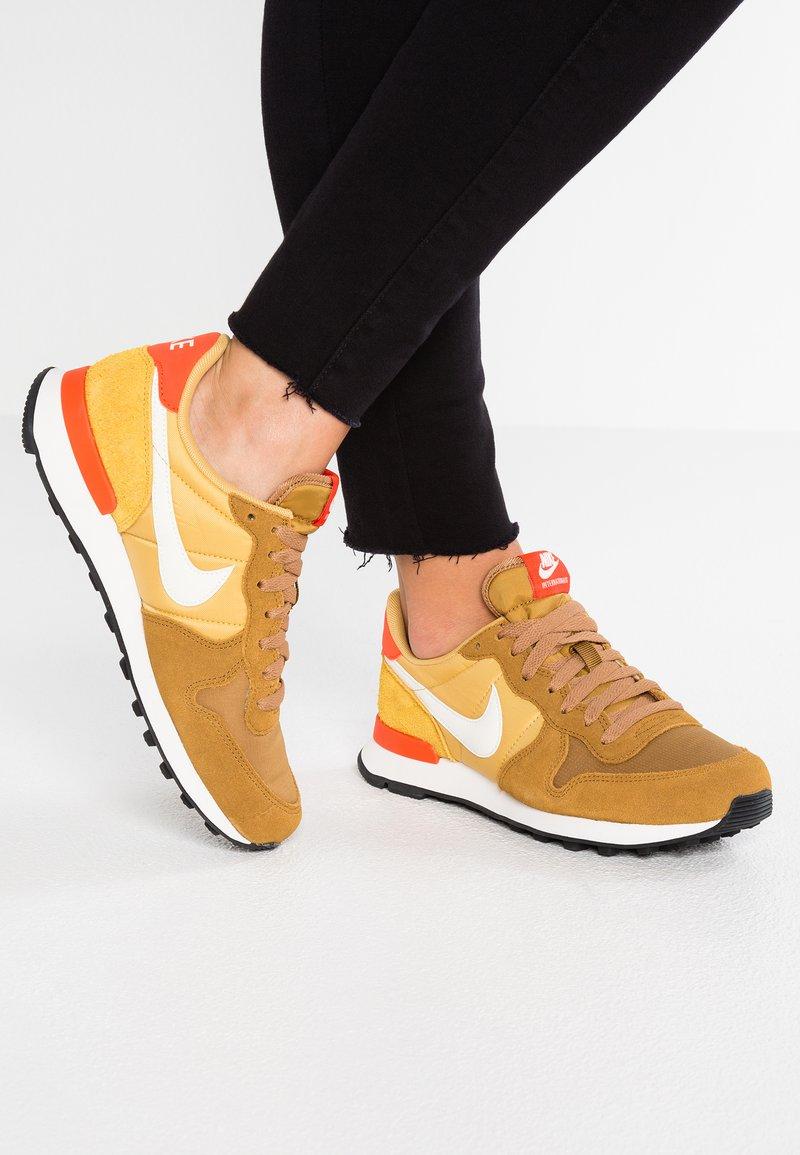 Nike Sportswear - INTERNATIONALIST - Sneaker low - muted bronze/summit white/wheat gold