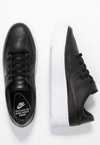 Nike Sportswear - AIR FORCE 1 SAGE - Sneaker low - black/white - 3
