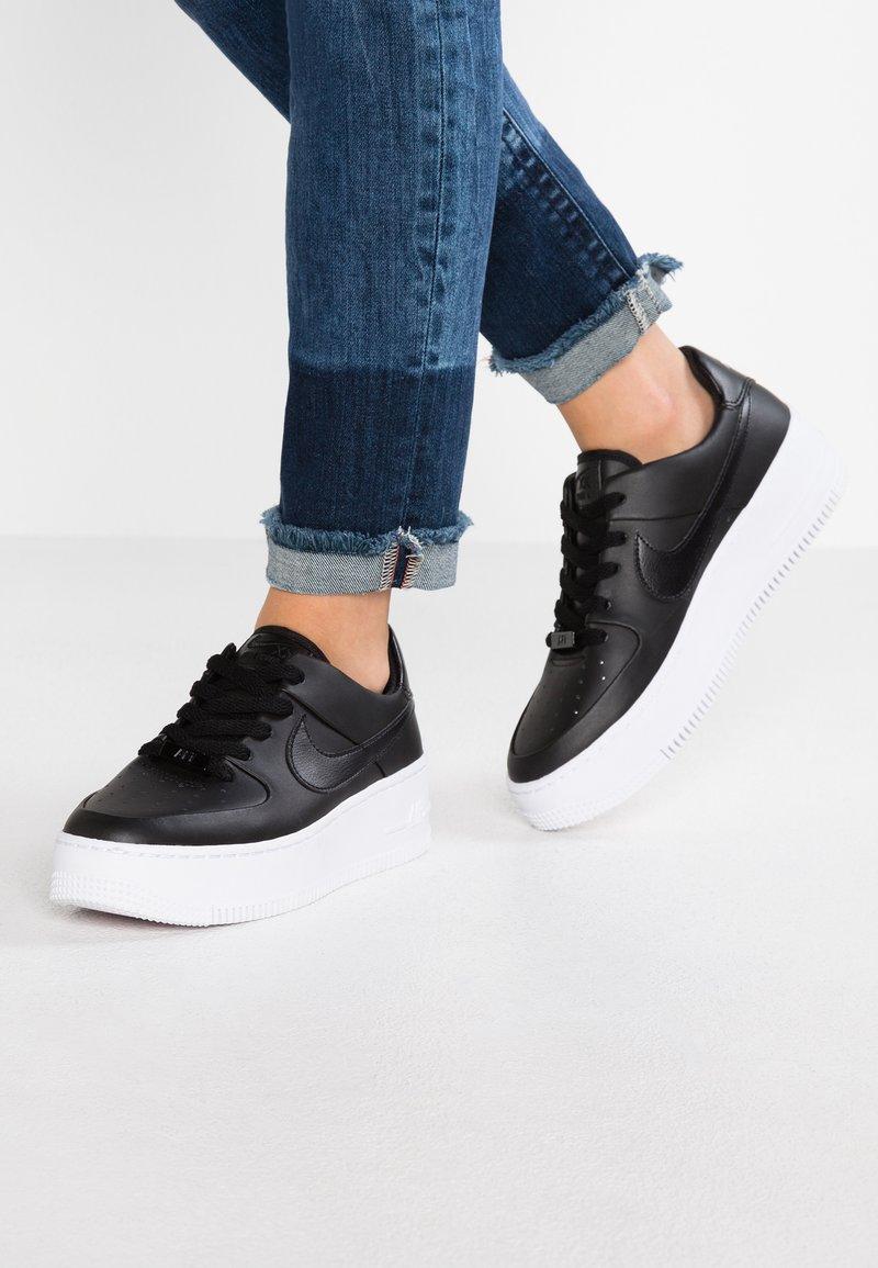 Nike Sportswear - AIR FORCE 1 SAGE - Sneaker low - black/white