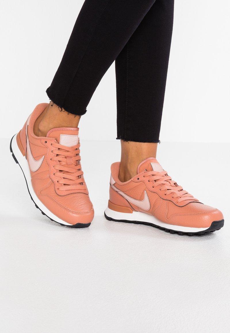 Nike Sportswear - INTERNATIONALIST - Sneakers laag - terra blush/summit white/black