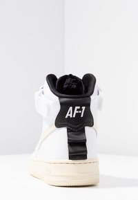 Nike Sportswear - AIR FORCE 1 UTILITY - Baskets montantes - white/light cream/black - 5