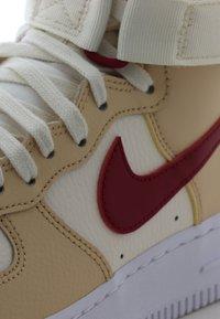 Nike Sportswear - AIR FORCE 1 - Sneakers hoog - noble red/pale ivory/white - 5