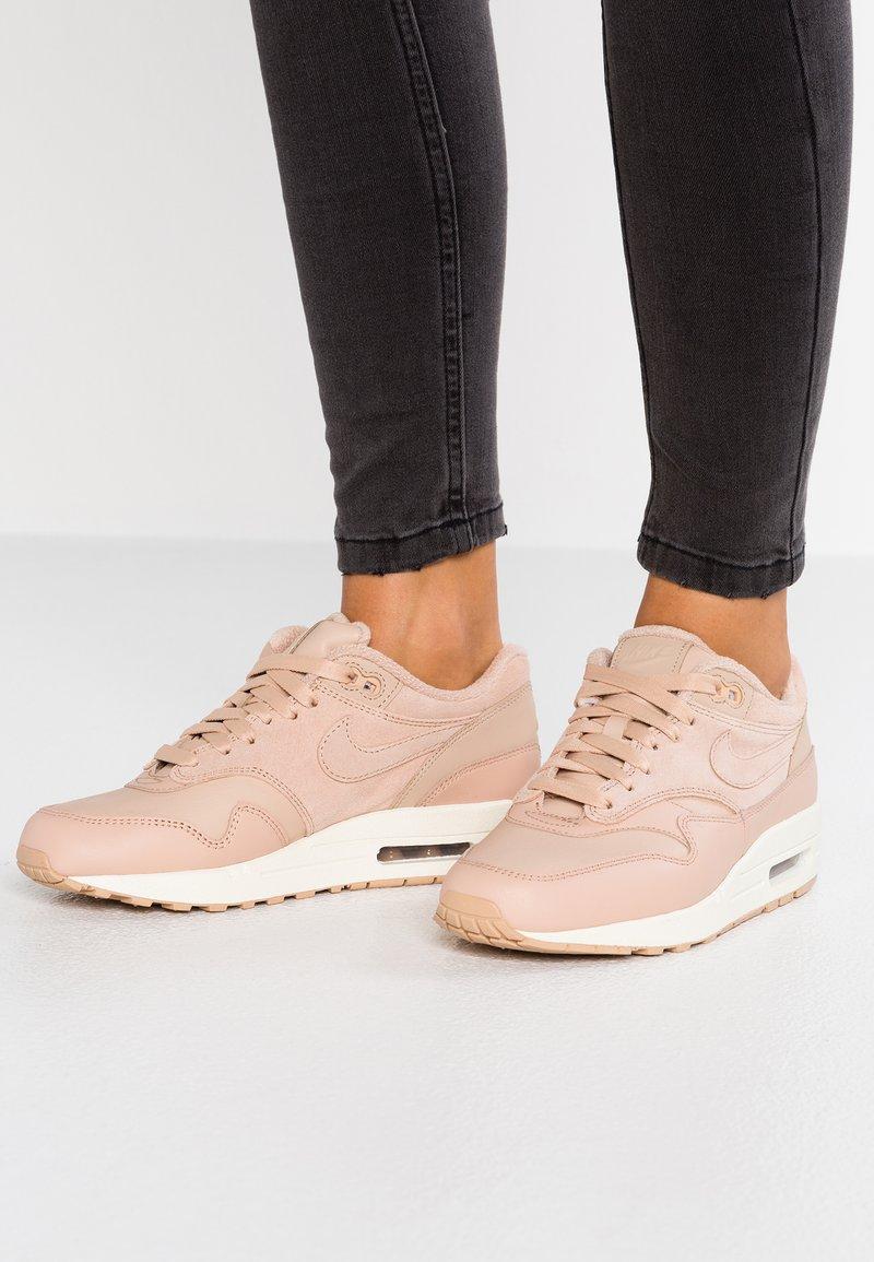 Nike Sportswear - AIR MAX 1 PRM - Sneakers laag - bio beige/sail
