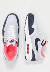 Nike Sportswear - AIR MAX 1 - Sneakersy niskie - white/midnight navy/pure platinum/racer pink/laser orange