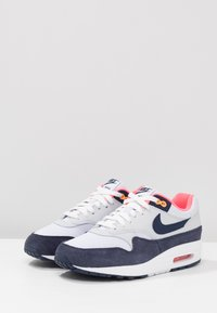 Nike Sportswear - AIR MAX 1 - Sneakersy niskie - white/midnight navy/pure platinum/racer pink/laser orange - 4