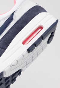 Nike Sportswear - AIR MAX 1 - Sneakersy niskie - white/midnight navy/pure platinum/racer pink/laser orange - 2