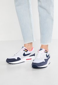 Nike Sportswear - AIR MAX 1 - Sneakersy niskie - white/midnight navy/pure platinum/racer pink/laser orange - 0