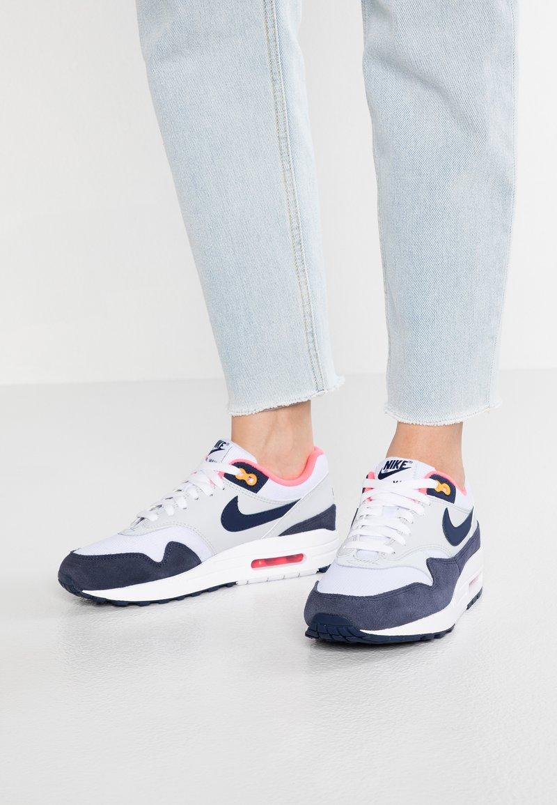 Nike Sportswear - AIR MAX 1 - Sneakersy niskie - white/midnight navy/pure platinum/racer pink/laser orange