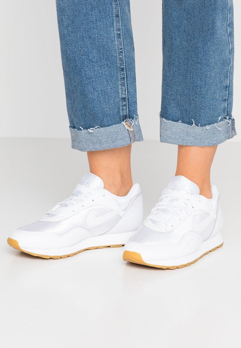 Nike Sportswear - OUTBURST - Sneaker low - white/light brown/black