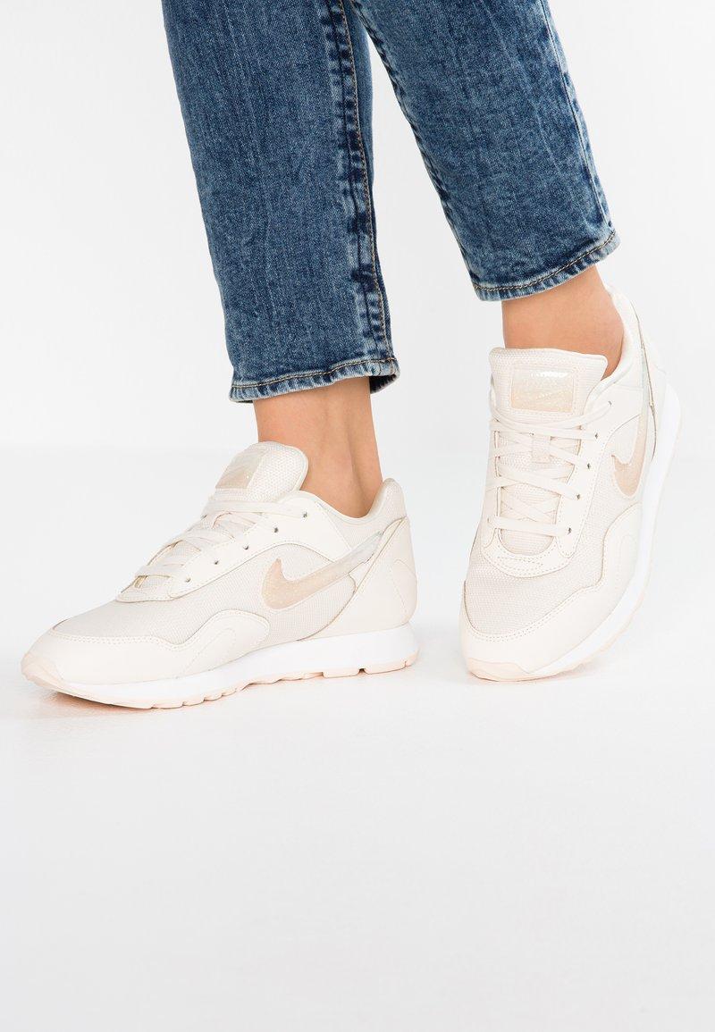 Nike Sportswear - OUTBURST PRM - Sneaker low - pale ivory/guava ice/summit white