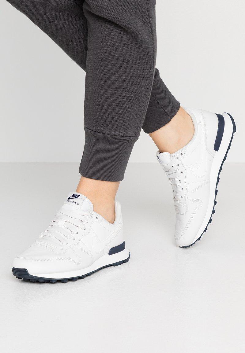 Nike Sportswear - INTERNATIONALIST PRM - Sneaker low - platinum tint/metallic summit white/obsidian/summit white