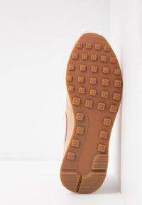Nike Sportswear - INTERNATIONALIST PRM - Zapatillas - beige/white/med brown - 6
