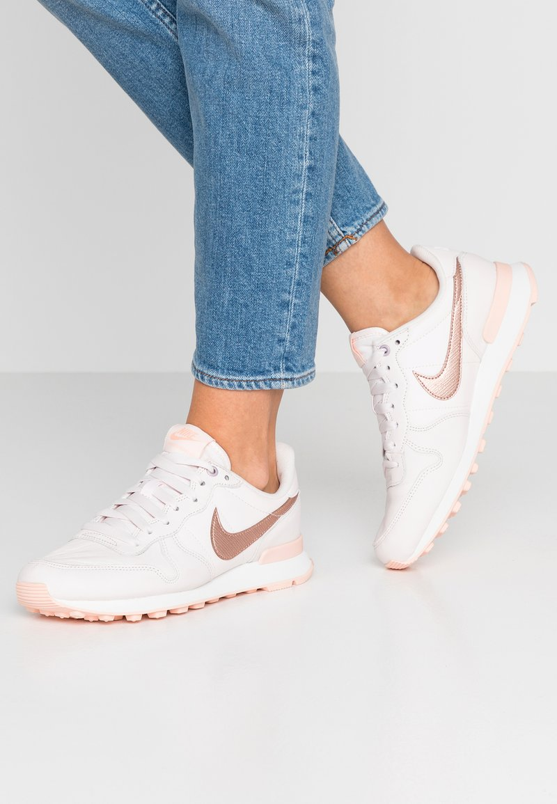 Nike Sportswear - INTERNATIONALIST PRM - Sneaker low - light soft pink/metalic red bronze/washed coral/summit white
