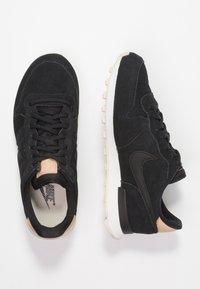 Nike Sportswear - INTERNATIONALIST PRM - Joggesko - black/summit white/light cream/tan - 3