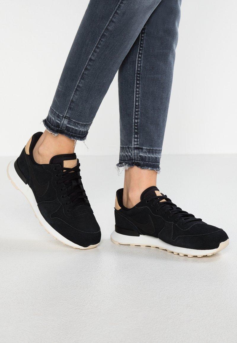 Nike Sportswear - INTERNATIONALIST PRM - Joggesko - black/summit white/light cream/tan