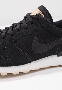 Nike Sportswear - INTERNATIONALIST PRM - Joggesko - black/summit white/light cream/tan - 2