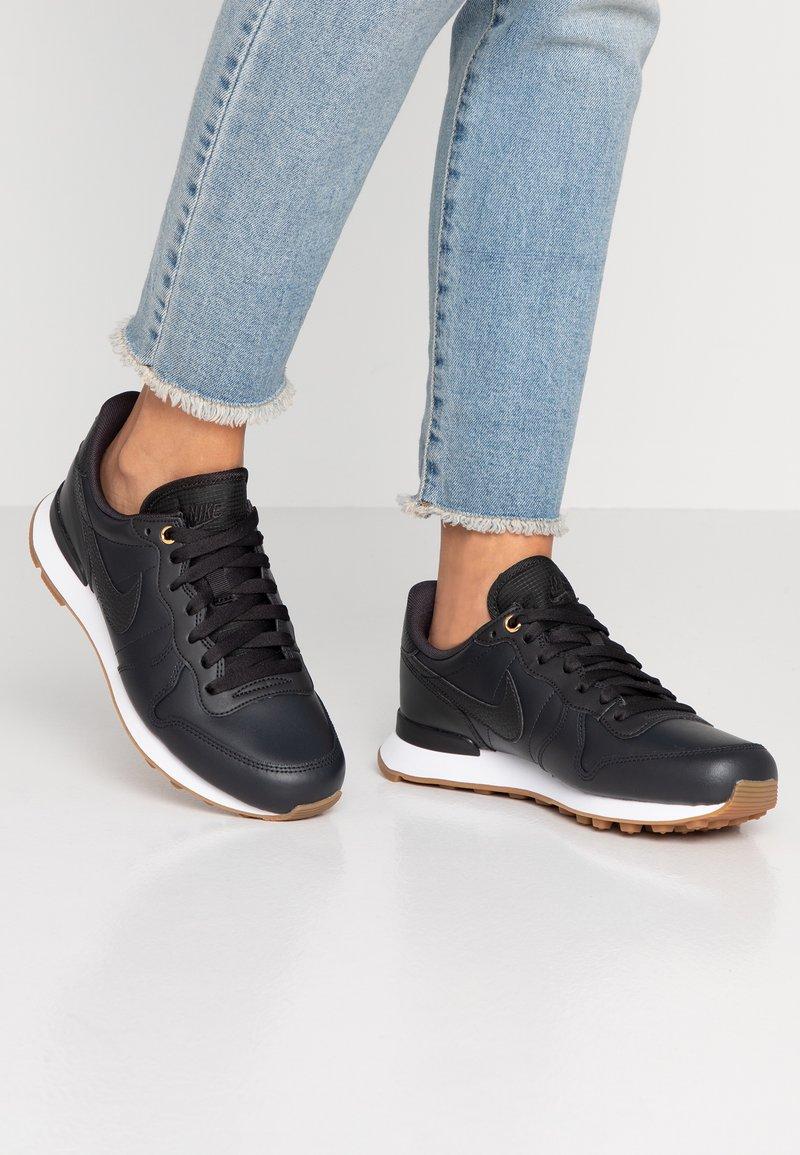 Nike Sportswear - INTERNATIONALIST PRM - Sneaker low - off noir/white/medium brown
