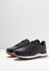 Nike Sportswear - INTERNATIONALIST PRM - Tenisky - off noir/white/medium brown - 4