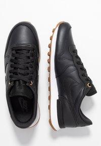 Nike Sportswear - INTERNATIONALIST PRM - Sneaker low - off noir/white/medium brown - 3