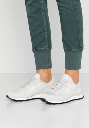 INTERNATIONALIST - Joggesko - phantom/light bone/summit white/black