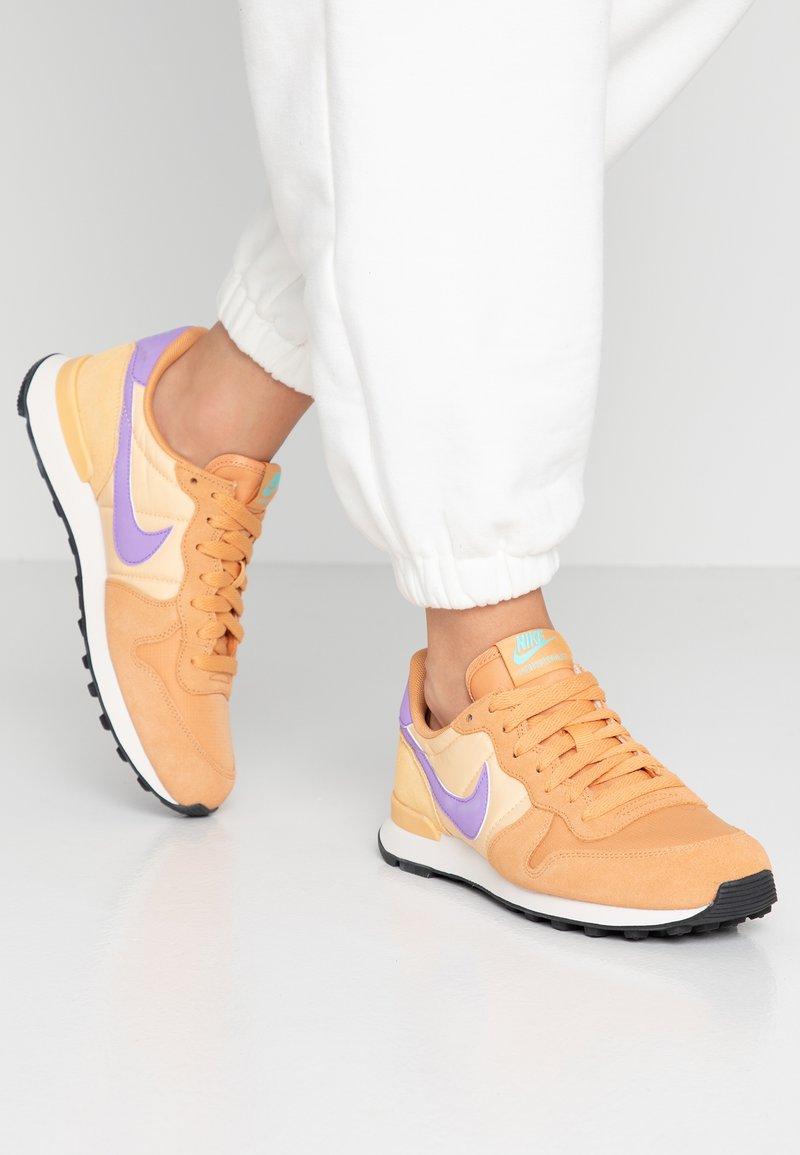 Nike Sportswear - INTERNATIONALIST - Sneaker low - copper moon/atomic violet/celestial gold/aurora green/phantom