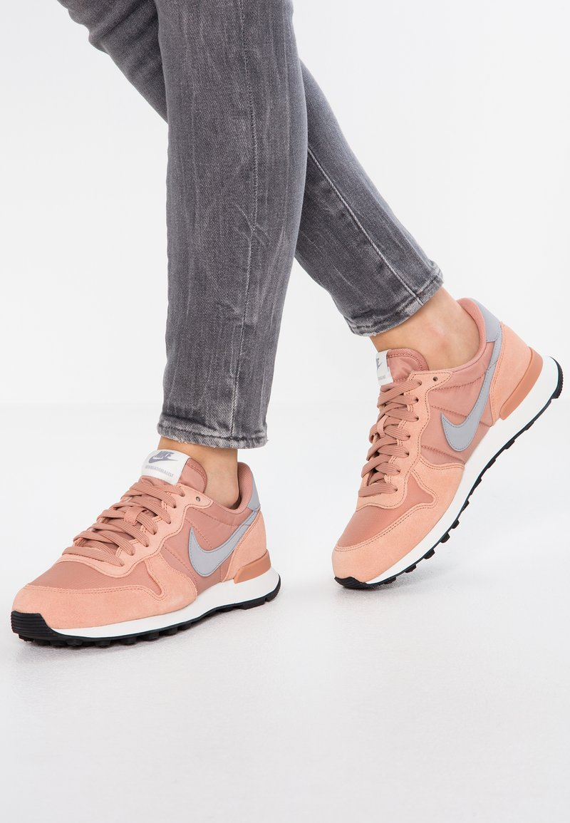 Nike Sportswear - INTERNATIONALIST - Sneaker low - rose gold/wolf grey/summit white/black