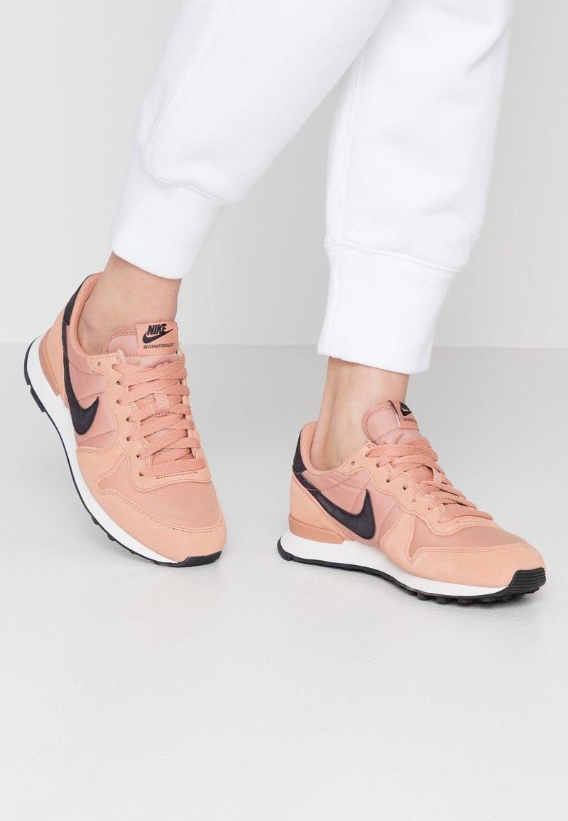 Nike Sportswear - INTERNATIONALIST - Trainers - rose gold/oil grey/summit white