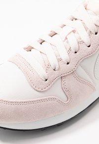 Nike Sportswear - INTERNATIONALIST - Sneakersy niskie - light soft pink/summit white/black - 2