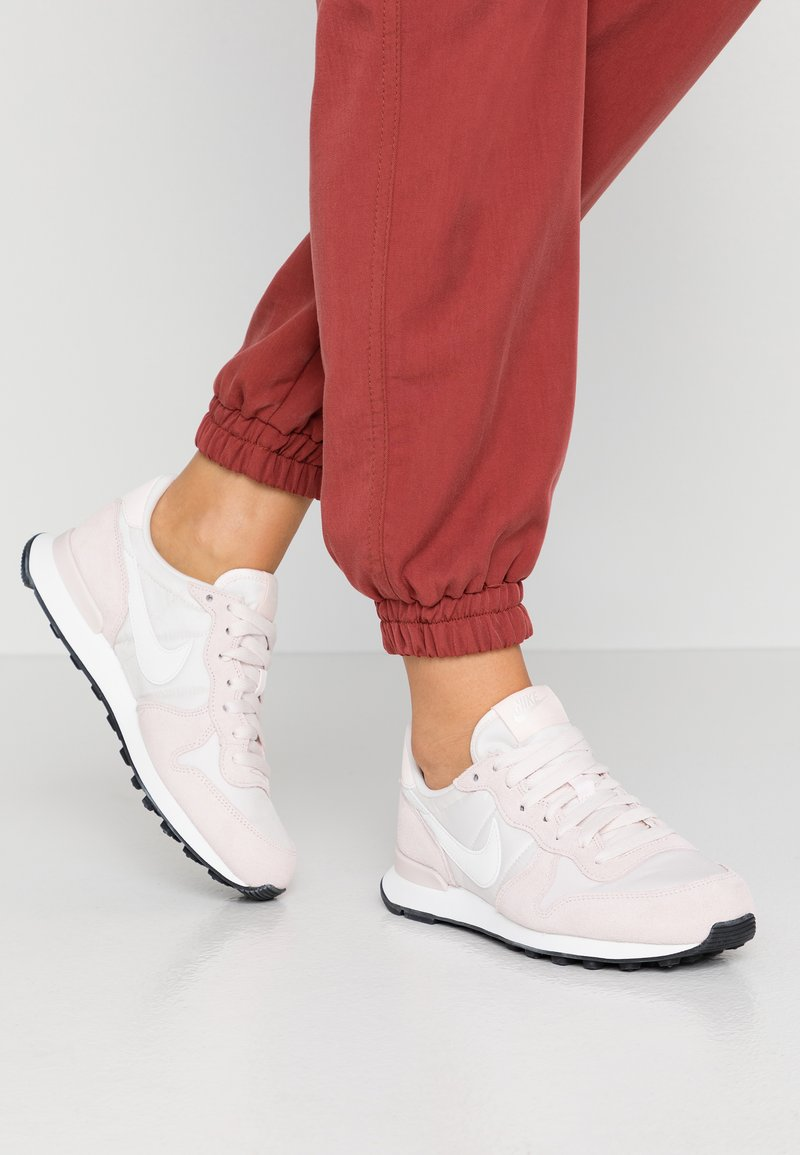 Nike Sportswear - INTERNATIONALIST - Sneakersy niskie - light soft pink/summit white/black