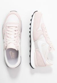 Nike Sportswear - INTERNATIONALIST - Sneakersy niskie - light soft pink/summit white/black - 3