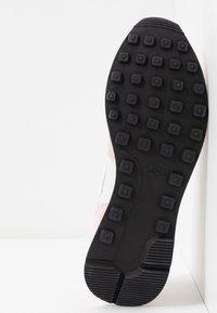Nike Sportswear - INTERNATIONALIST - Sneakersy niskie - light soft pink/summit white/black - 6