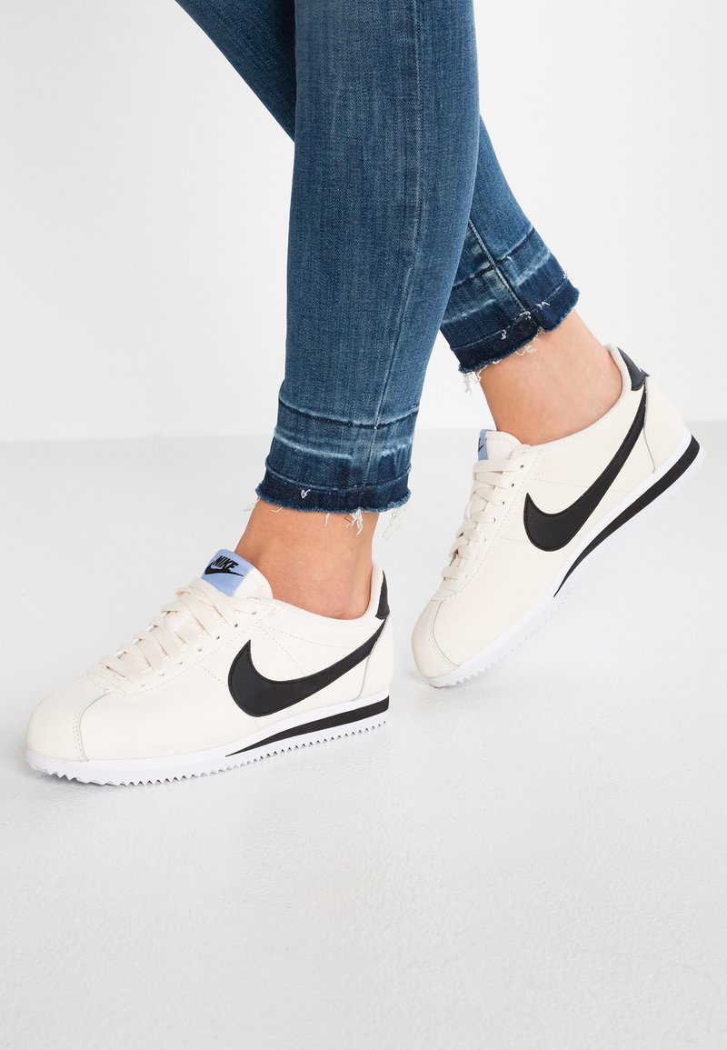 Nike Sportswear - CLASSIC CORTEZ - Sneaker low - pale ivory/black/aluminum/white