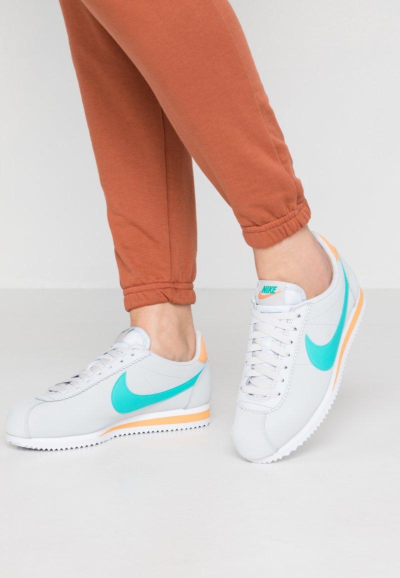 Nike Sportswear - CLASSIC CORTEZ - Sneakers basse - pure platinum/hyper jade/fuel orange