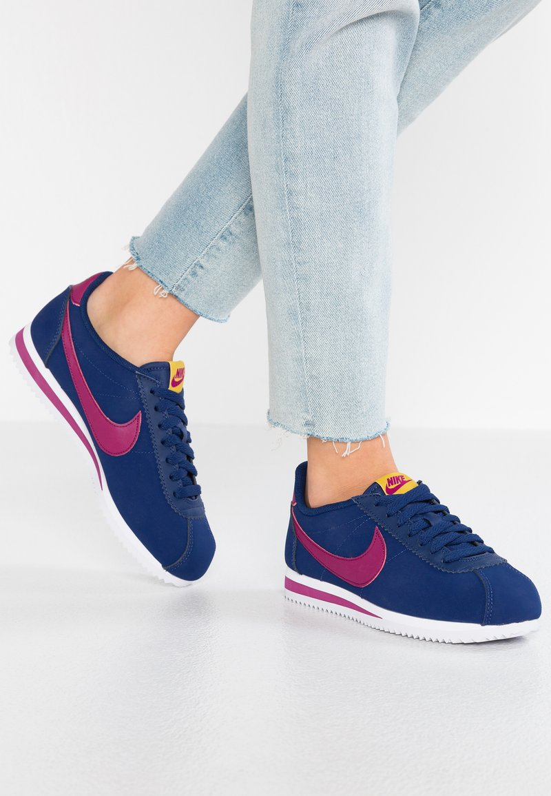 Nike Sportswear - CLASSIC CORTEZ - Sneaker low - blue void/true berry/dark citron/white