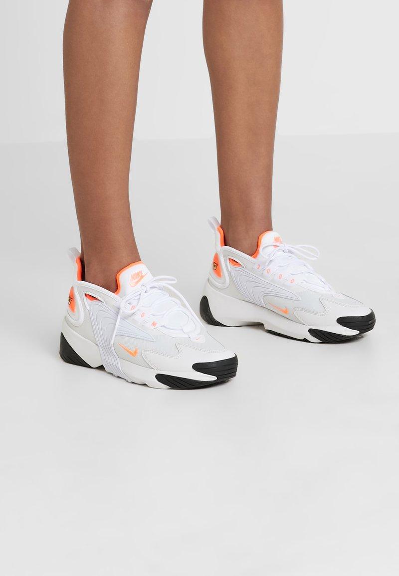 Nike Sportswear - ZOOM 2K - Trainers - platinum tint/hyper crimson/white/black