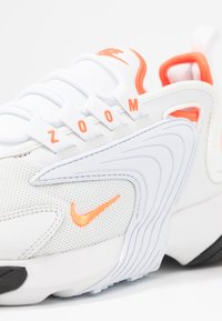 Nike Sportswear - ZOOM 2K - Sneaker low - platinum tint/hyper crimson/white/black - 2