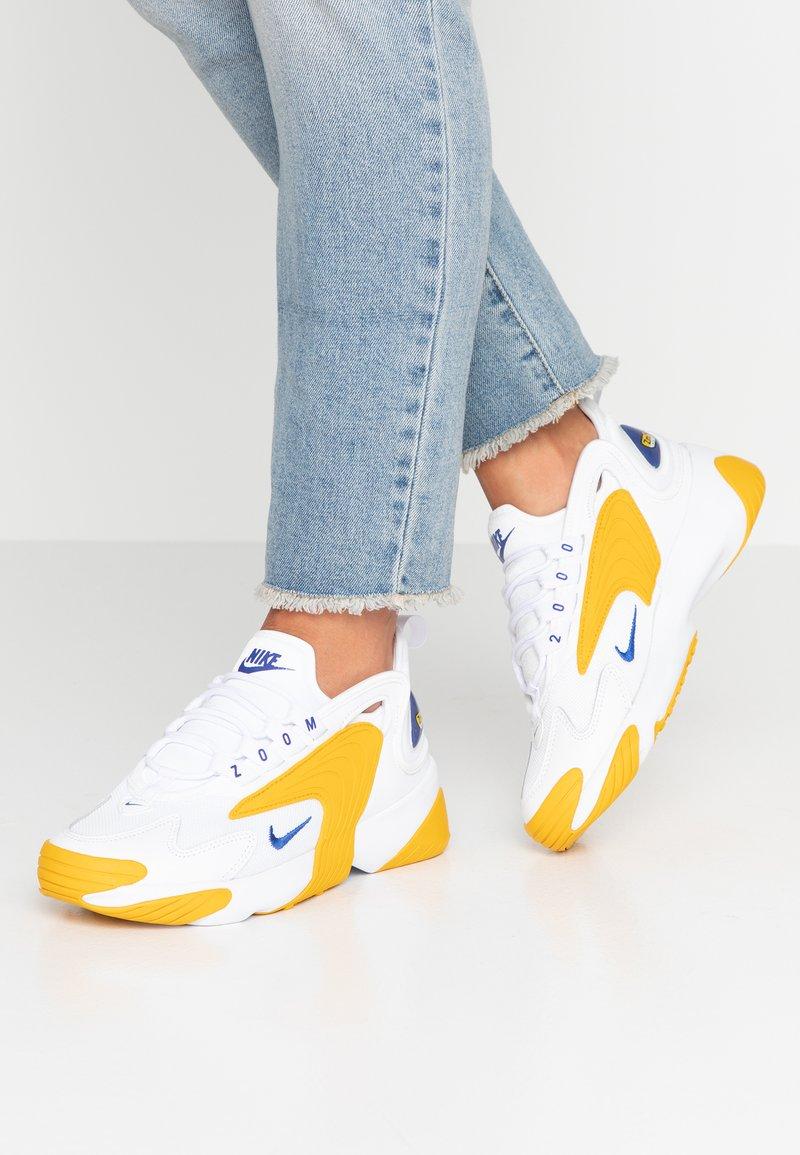 Nike Sportswear - ZOOM 2K - Sneakers basse - white/game royal/dark sulfur